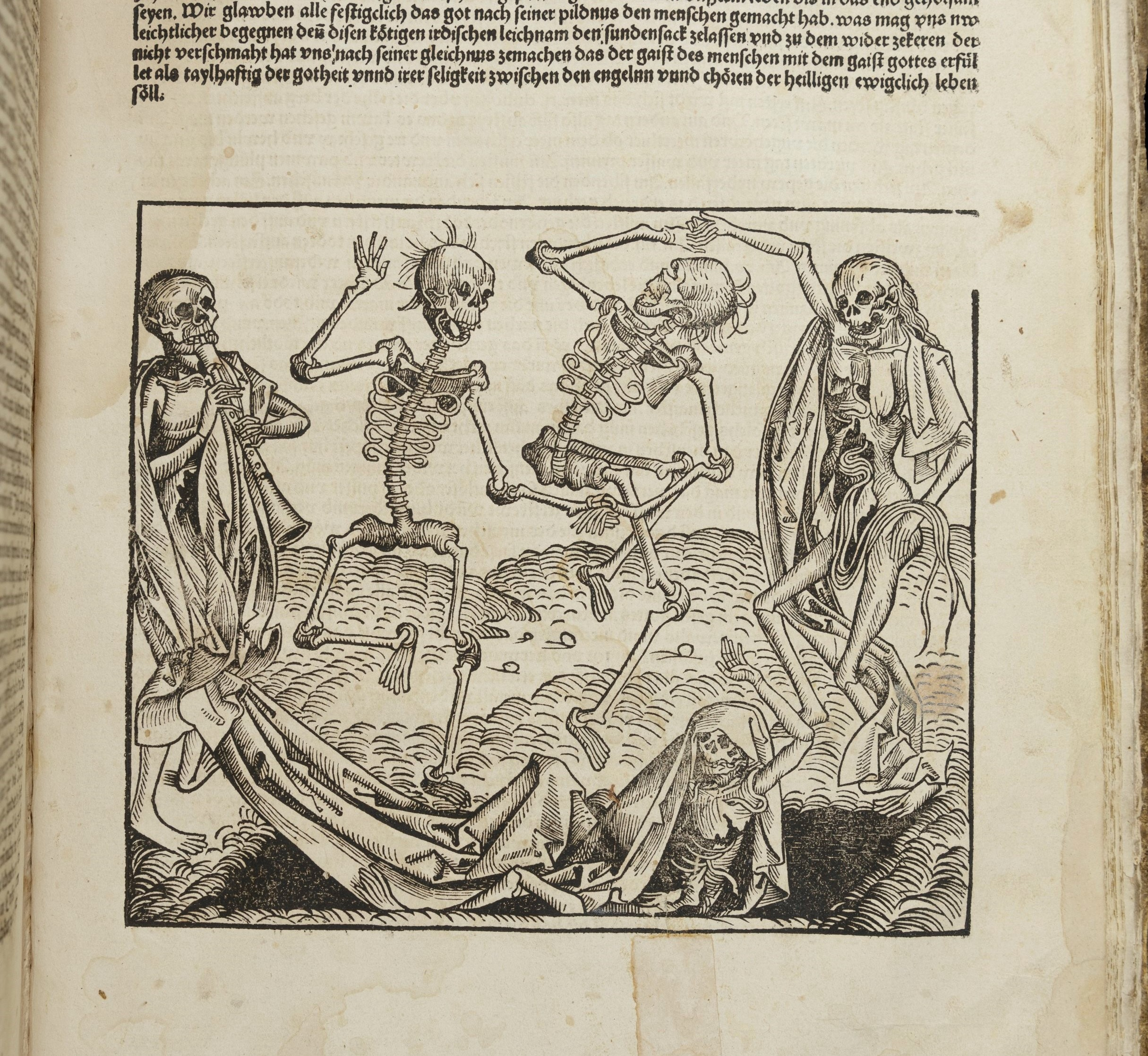 Woodcut image of three skeletons dancing with one another above a fourth, who is rising out of the grave to join them. On the far left of the image a fifth skeleton plays a pipe.